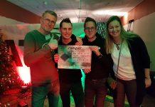 Vrijwilligers van ATOS Radio en de Voedselbank met de uitslag van de Winter3Daagse